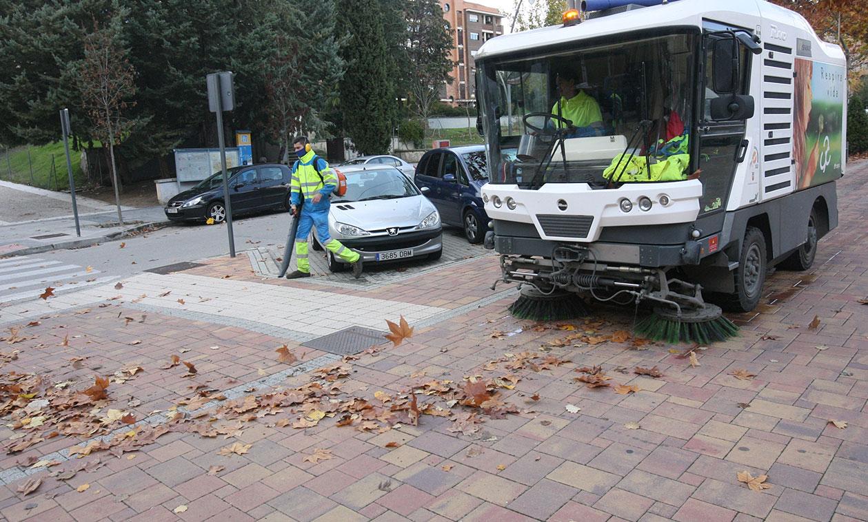El Ayuntamiento dobla los equipos del Servicio de Limpieza destinados a la campaña anual de recogida de hojas