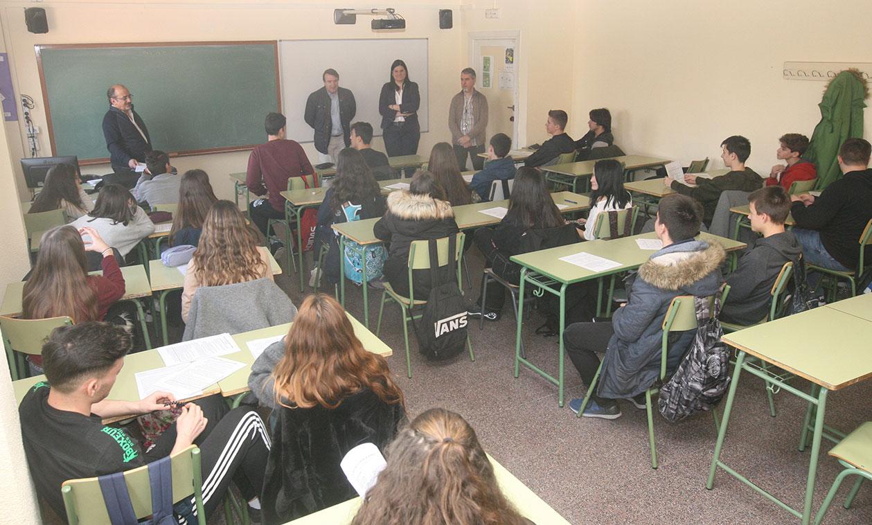 Los alumnos del instituto José Luis Sampedro participan en un taller para el control de la ansiedad en época de exámenes