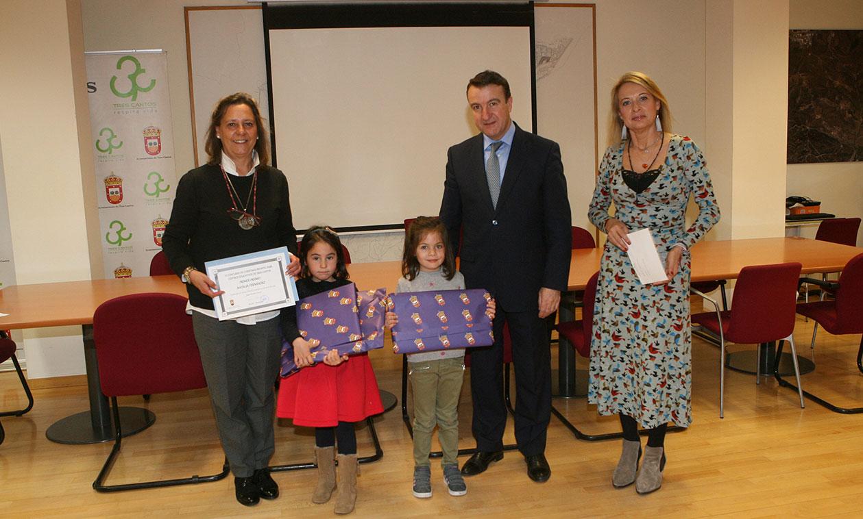 El Alcalde entrega los premios a los ganadores del concurso de dibujo de felicitaciones navideñas del Ayuntamiento
