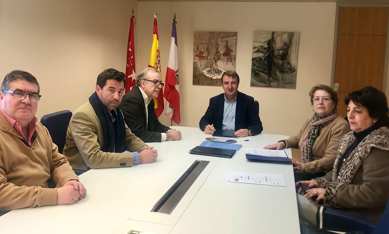 El Ayuntamiento firma un convenio con las comunidades 20, 21 y 25 del sector Literatos, para las mejoras en zonas privadas de uso público