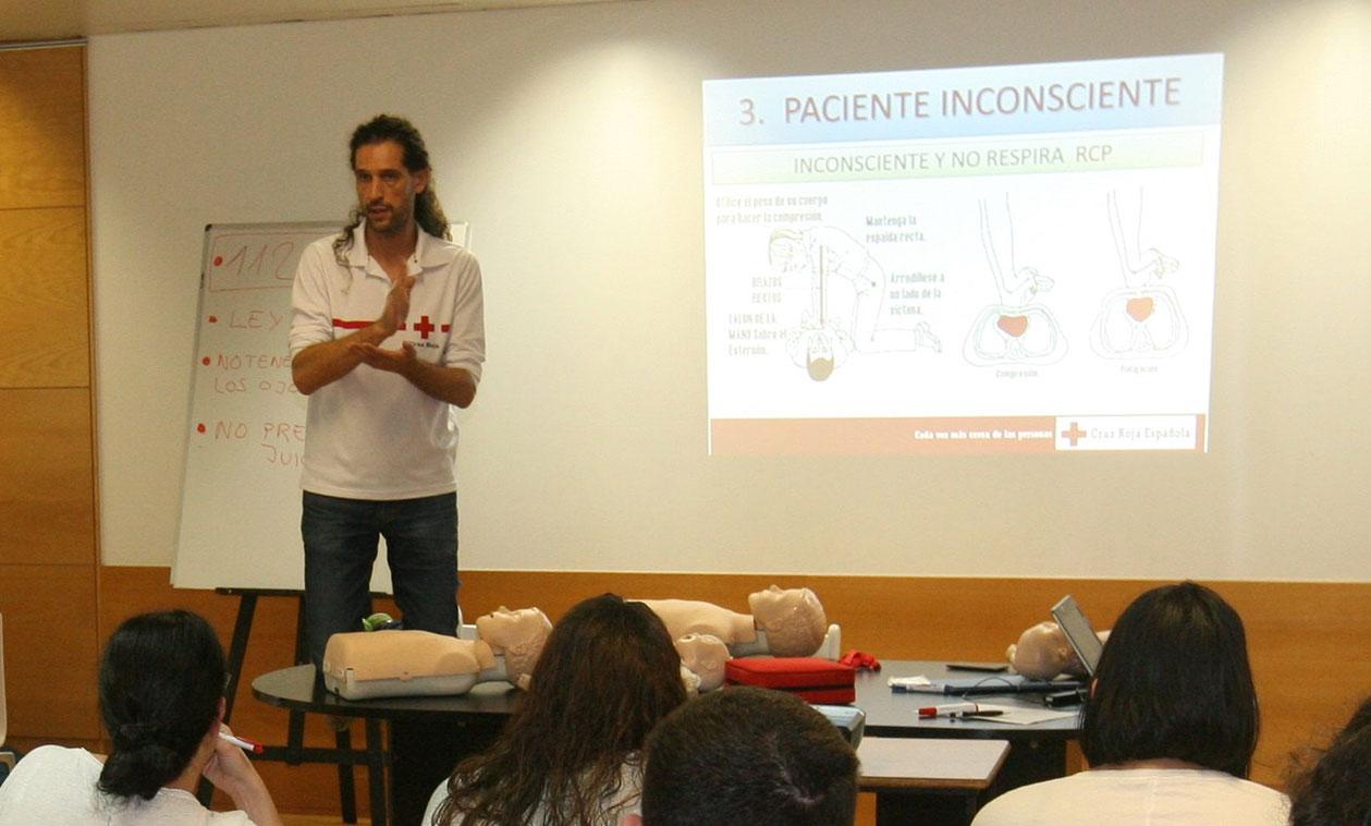 El Ayuntamiento imparte cursos gratuitos de primeros auxilios para asistir a bebés y niños