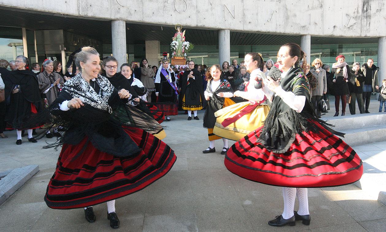 Como manda la tradición, el Alcalde cede el bastón de mando a la Alcaldesa Honoraria, en la Festividad de Santa Águeda