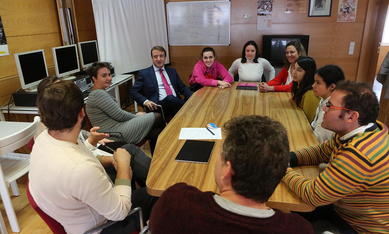 Los alumnos del programa de la Concejalía de Personas con Discapacidad 'Así mejor' colaboran en un diccionario en Lectura Fácil