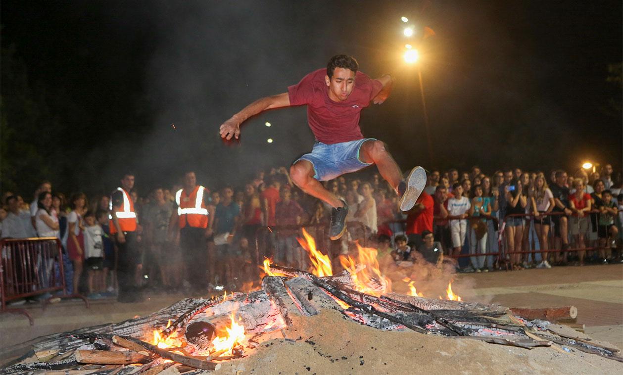 Pregón, hoguera de San Juan, paella popular y fuegos artificiales
