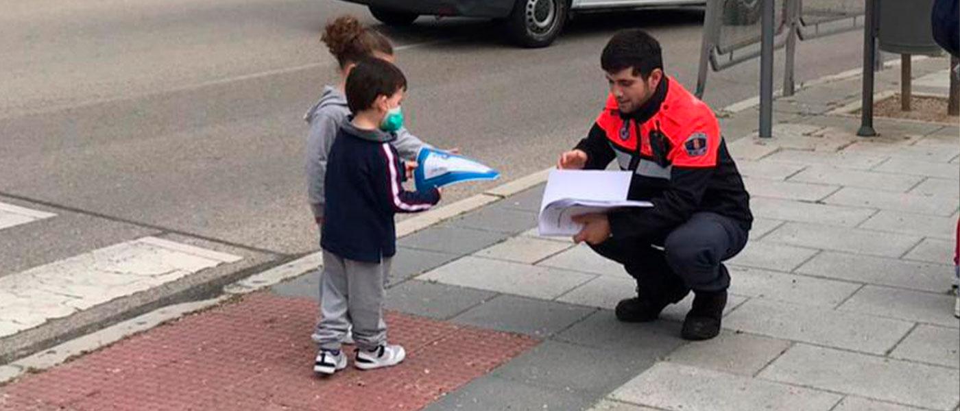 Policía Local y Protección Civil reparten cerca de un millar de diplomas a los niños de Tres Cantos