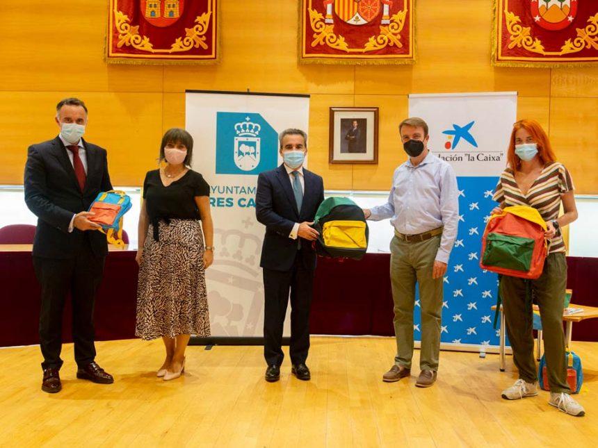 Fundación 'La Caixa' dona 950 mochilas a los estudiantes tricantinos