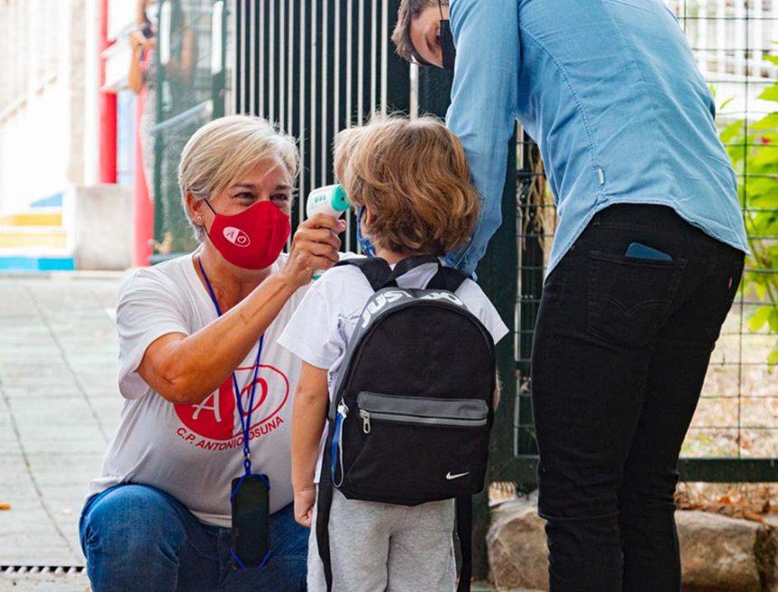 Las mascarillas dejarán de ser obligatorias en los patios de los colegios