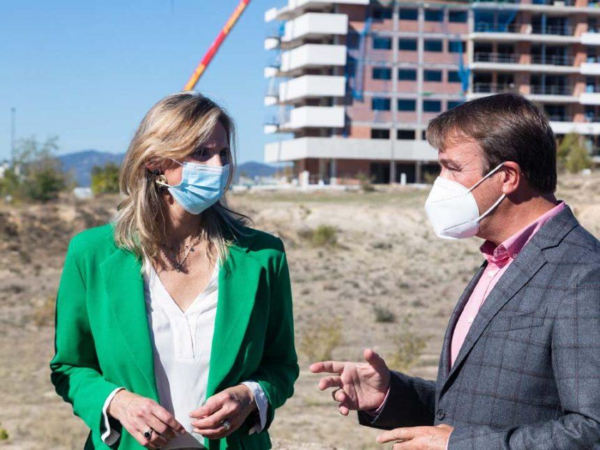 La Consejera de Medio Ambiente, Vivienda y Agricultura, Paloma Martín, visita una de las parcelas del 'Plan Vive'